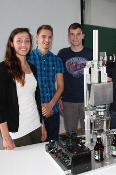 Studierenden-Team mit Wettbewerbsmaschine