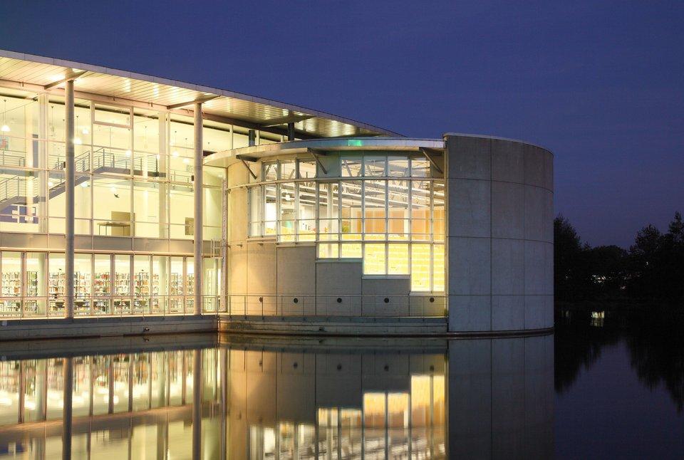 Beleutetes Gebäude des Campus Bocholt bei Nacht