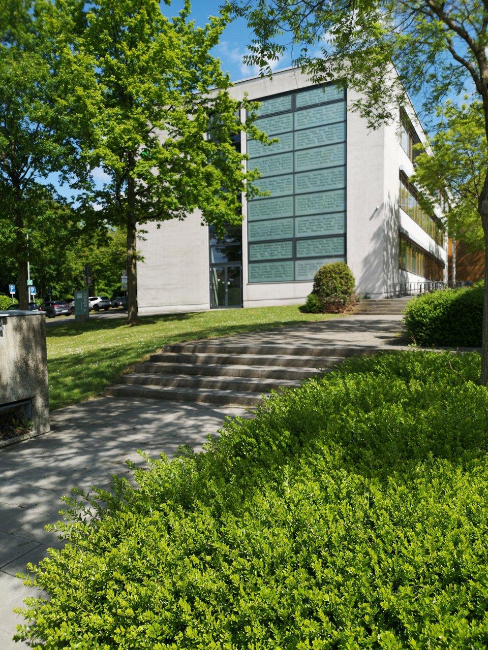 Campus Gebäude im Grünen.