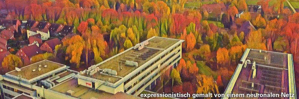 Ein Teil des Hochschulgebäudes im expressionistischen Stil mit Bäumen und einer kleinen Siedlung im Hintergrund. Am unteren rechten Rand steht, dass das Bild von  einem neuronalen Netz expressionistisch gemalt wurde.