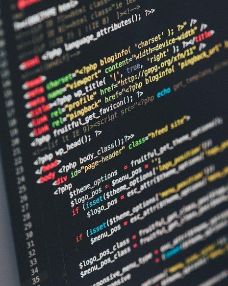 Nahaufnahme eines Bildschirms in der Programmieransicht (HTML)