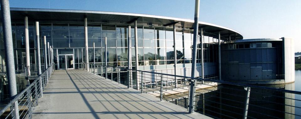 Blick von der modernen Seebrücke auf das runde Campusgebäude