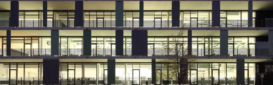 Grün-beleutete Gebäudefenster des Hochschulgebäudes in Gelsenkirchen.