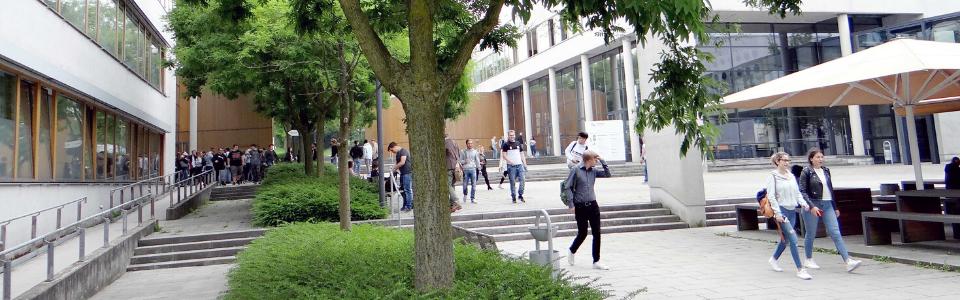 Belebter Innenhof des Campus Recklinghausen.