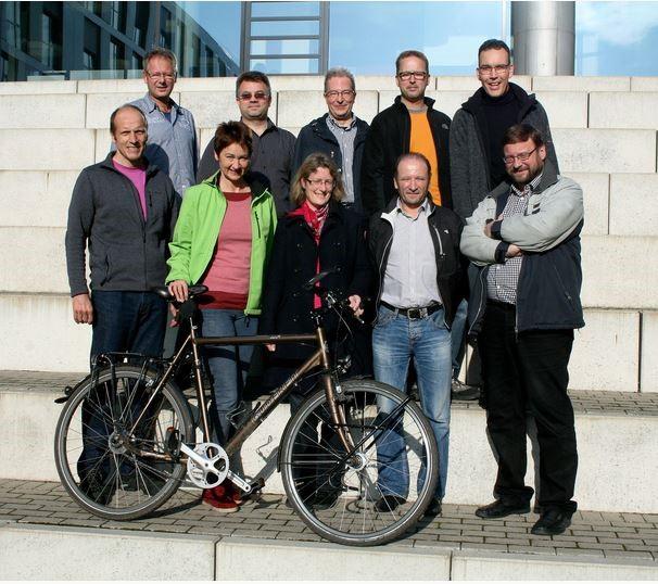 Gruppe von Mitarbeitern der Westfälischen Hochschule und ein Fahrrad.