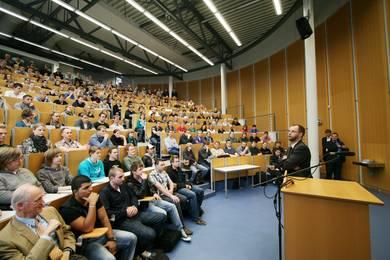Voller Hörsaal bei der Rede des Präsidenten zur Erstsemesterbegrüßung in Gelsenkirchen.