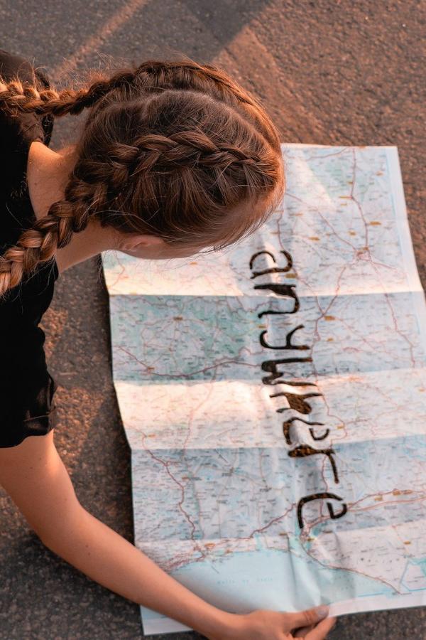 Mädchen liest eine Weltkarte
