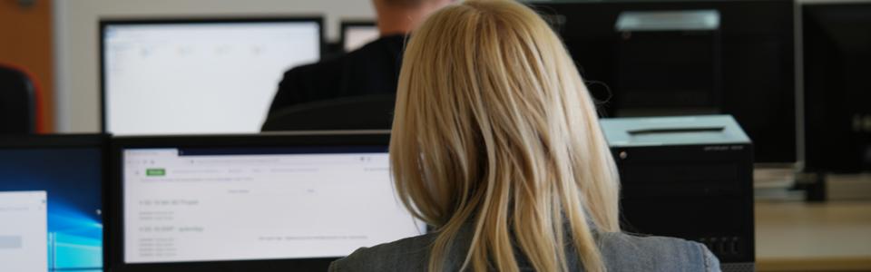 Eine junge Frau arbeitet am Computer.