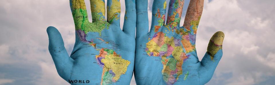 Weltkarte gemalt auf Händen