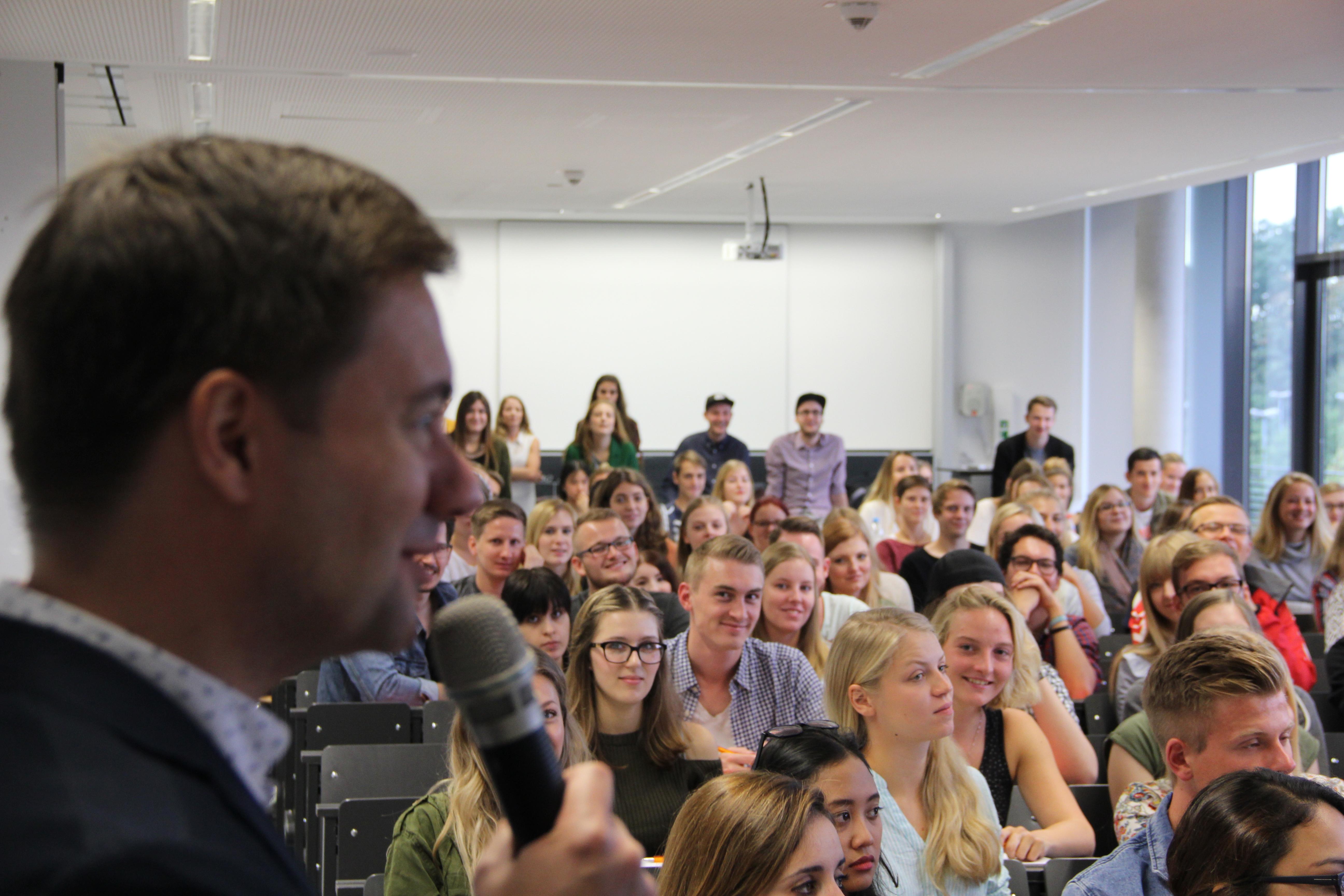 Die neuen Studierenden am Institut für JPR werden im großen Hörsaal begrüßt.